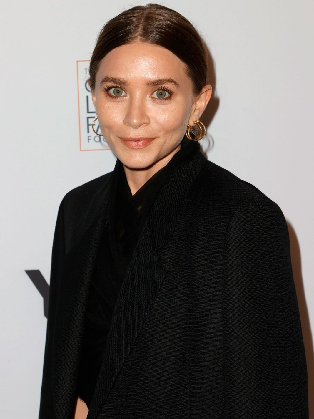 ashley-olsen-and-her-boyfriend-just-made-their-stylish-red-carpet-debut